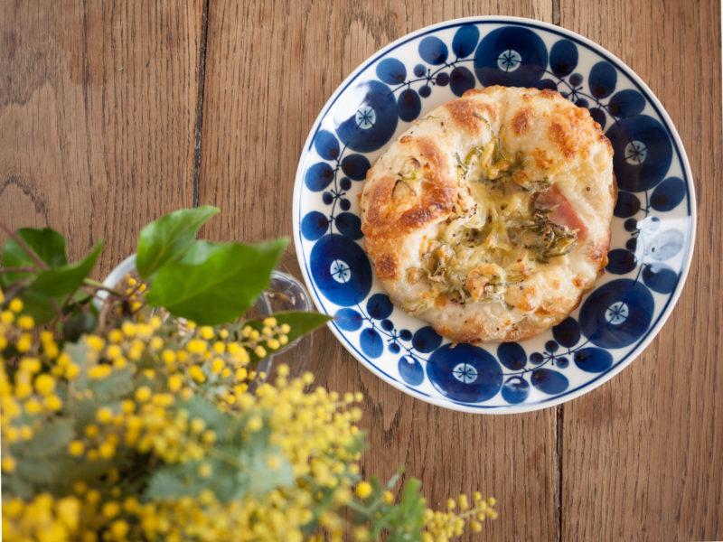写真:机の上のパンとミモザ